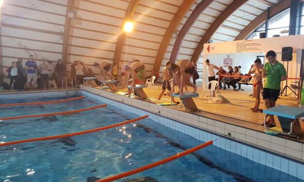 Bazinul de înot se deschide astăzi, doar pentru sportivii de performanţă