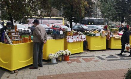 Comercianţii din pieţele municipiului, nemulţumiţi că îşi vând produsele în aer liber