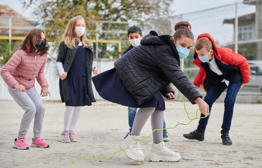 Circa 1.100 de copii tulceni au părinţii plecaţi la muncă, în străinătate