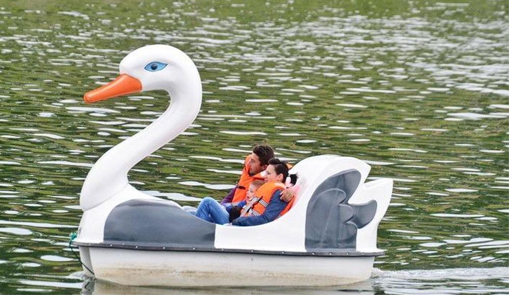 Bărci şi hidrobiciclete pentru plimbări pe lacul Ciuperca, disponibile luna aceasta