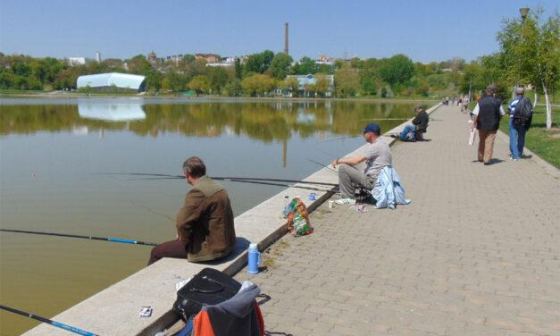 Liber la pescuit pe lacul Ciuperca în luna iulie