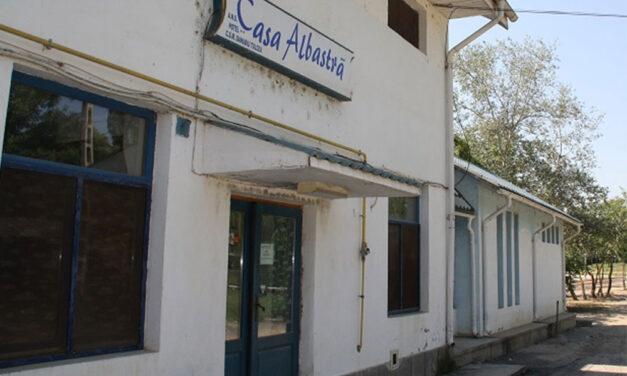 """Consiliul Judeţean vrea să renunţe la """"Casa albastră"""" de pe lacul Ciuperca. Primăria Tulcea este interesată de preluarea imobilului"""