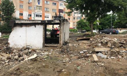 Demolarea garajelor în linie dreaptă: primele parcări se vor amenaja pe aleile Meduzei, Merişor şi strada Mărăşeşti
