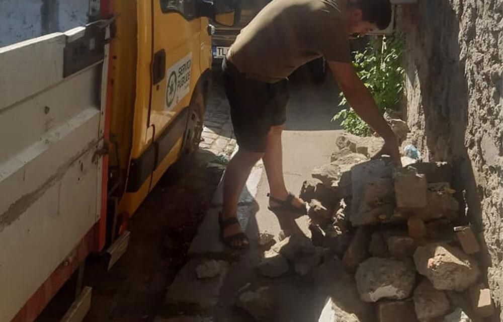 Angajat al Serviciilor Publice Tulcea, pus să strângă o grămadă de moloz după ce a încercat să paseze sarcina Poliţiei Locale