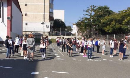 Noul an şcolar începe pe 13 septembrie, cu prezenţă fizică