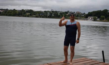 Prefectul Marcel Ivanov înoată la Aqua Challenge pentru persoanele cu dizabilităţi fizice