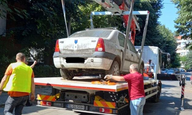Proprietarii a şapte maşini abandonate în municipiu, notificaţi să le ridice