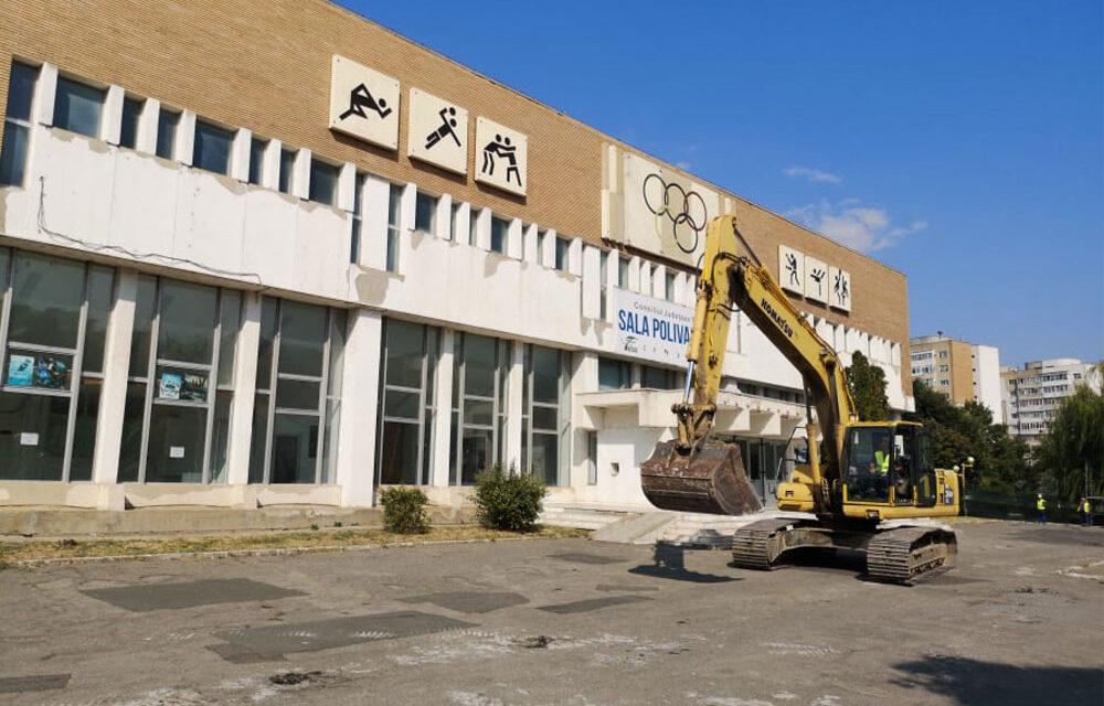 A început demolarea Sălii Polivalente din municipiu