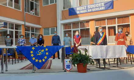"""Primarul Ştefan Ilie, către elevii de la Moisil: """"Învăţaţi să nu vă lăsaţi păcăliţi şi folosiţi de alţii"""""""